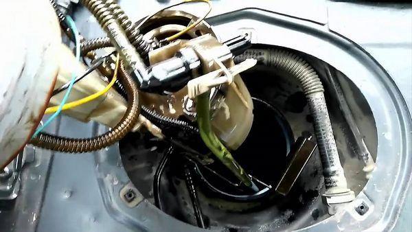 Замена топливного насоса на Ауди 80 Б4