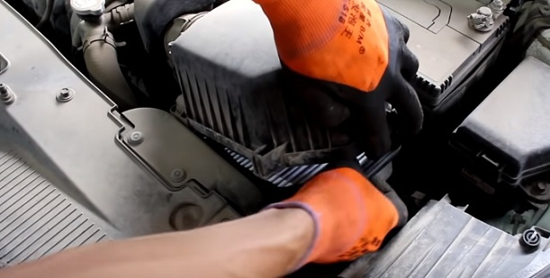 Замена воздушного фильтра двигателя Киа Рио 3