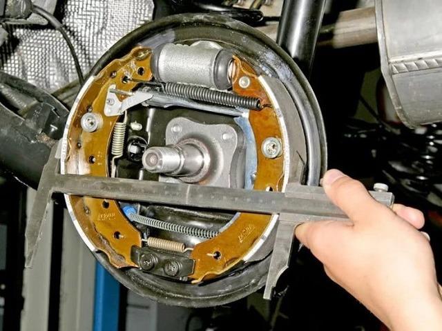Замена тормозных шлангов и трубок на Рено Логан 2