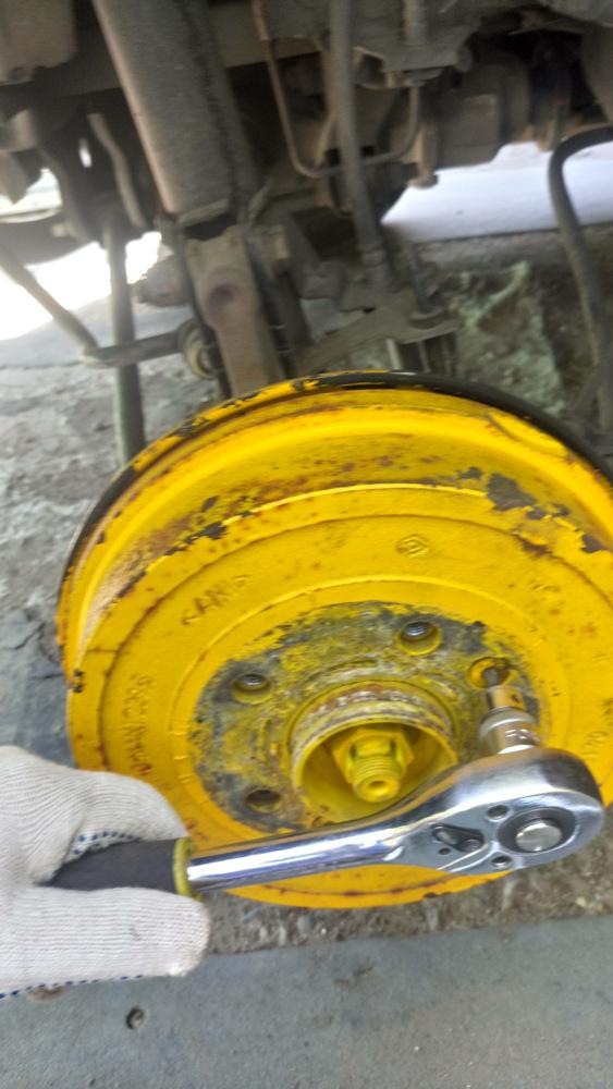 Снятие и замена задних тормозных барабанов Рено Дастер