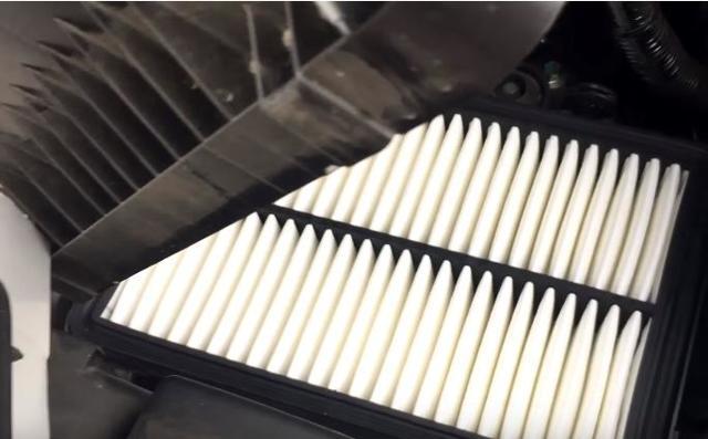 Замена воздушного фильтра двигателя Мазда 6 (GH)