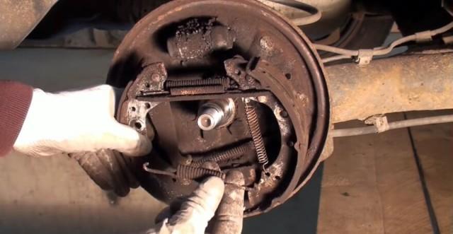 Замена задних тормозных колодок на Фольксваген Поло седан