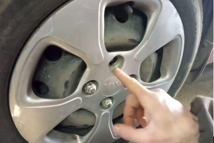 Замена шпилек крепления заднего колеса Киа Рио 3