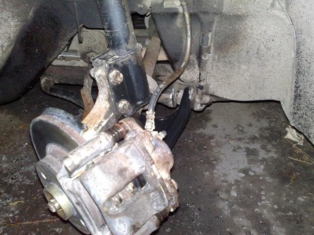 Замена переднего тормозного суппорта на Рено Логан 2