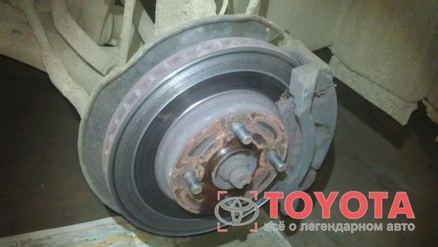 Замена передних тормозных колодок Тойота Королла (Е150)